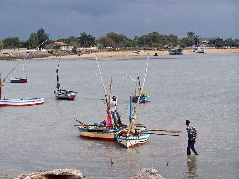 Fishing boats at Catembe, Maputo (Kevin Gabbert, Wikimedia Commons)