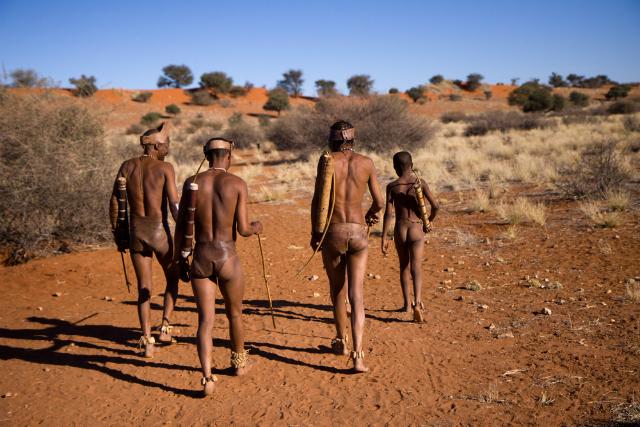San bushmen in the Kalahari desert (LUCARELLI TEMISTOCLE / Shutterstock)