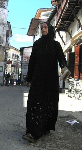 Swahili woman in Stone Town, Zanzibar (rahimadatia/Wikipedia Commons)